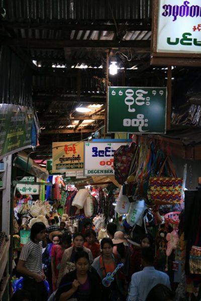échoppes de souvenirs en tous genres sur le site du fameux rocher d'or (Golden Rock) au Myanmar - l'autre ailleurs au Myanmar (Birmanie) et Thaïlande, une autre idée du voyage