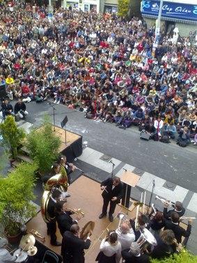 Photo de l'inauguration du festival de théâtre de rue d'Aurillac dans le Cantal avec la fanfare