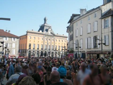 Des spectateurs place de l'Hôtel de Ville à Aurillac