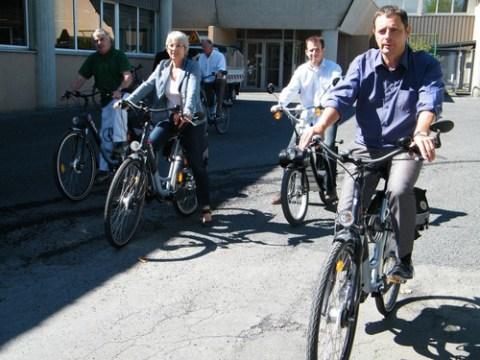 Alain Calmette, maire et élus sur des vélos et solex électrique