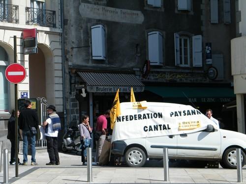 Manifestation et Distribution de lait au centre ville d'Aurillac