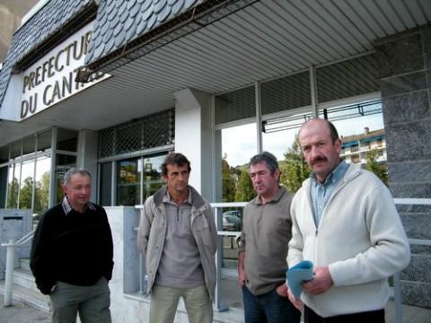 Représentants de la Confédération Paysanne devant la préfecture