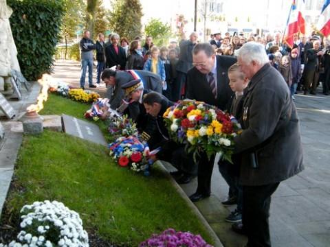 Dépot de gerbes au monument aux morts d'Aurillac