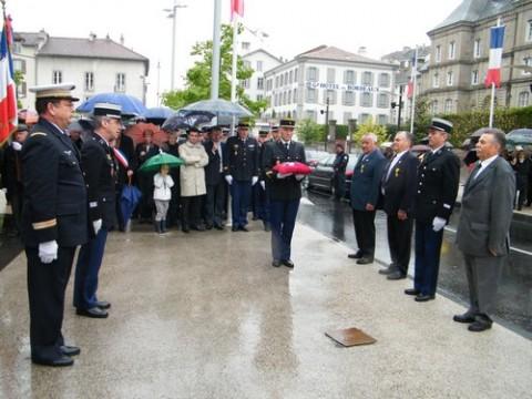 Remise de décorations pendant la cérémonie à Aurillac