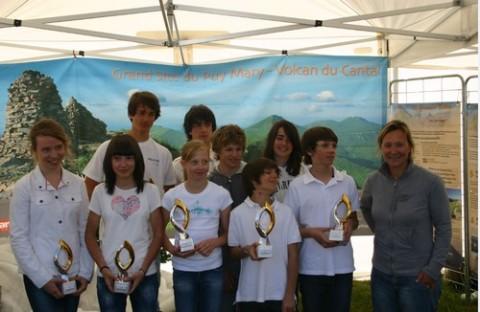 Remise les trophées aux futurs champions par Carole Montillet