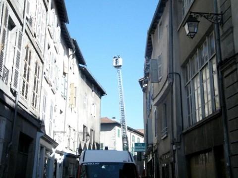 La grande echelle des pompiers d'Aurillac déployée