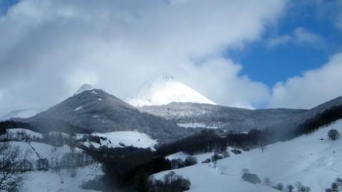 Le cantal en hiver, le Puy Griou et sa neige