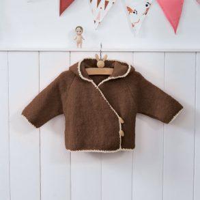 Un petit modèle de paletot à capuche très simple et pratique pour la saison. Modèle tricoté en 'Fil PILOU+' coloris chocolat et Dune. Modèle tricoté en jersey et maille serrée