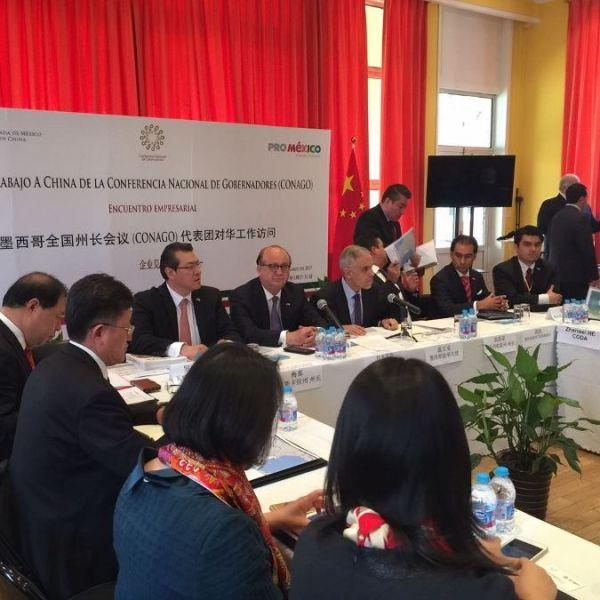 Tang Yi y Zhang Xu, presidente y vicepresidente de la Empresa Estatal China National Technical Import & Export Corporation