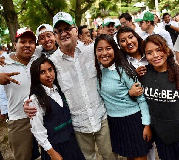 , junto con la secretaria de Educación, Beatriz Ramírez Velázquez, y el director del plantel, Eduardo Moreno Carmona