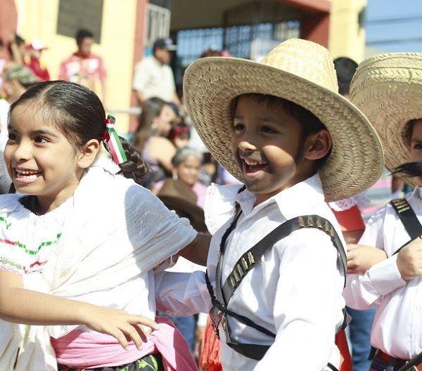 En el desfile cívico deportivo participaron estudiantes y padres de familia de todos los niveles educativos de escuelas públicas y privadas, desde preescolar hasta nivel superior