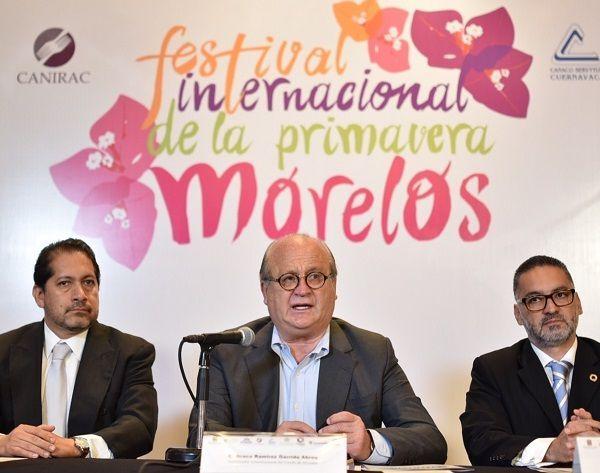 Donaciano Hernández Vega, de la Asociación de Hoteles (AHEM); Anabel Ramírez, de Expo Paisajismo; y el secretario de Economía, Juan Carlos Salgado Ponce
