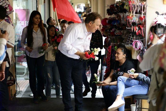 """Al entregar flores con motivo del Día de las Madres a las mujeres de Cuernavaca, el priista se pronunció por conservar los programas en favor de la mujer, modificarlos y transparentar su uso, a fin de hacer llegar los recursos a quienes realmente lo necesitan, lejos de cuestiones o adjudicaciones partidistas: """"Los recursos son públicos y de la gente"""""""