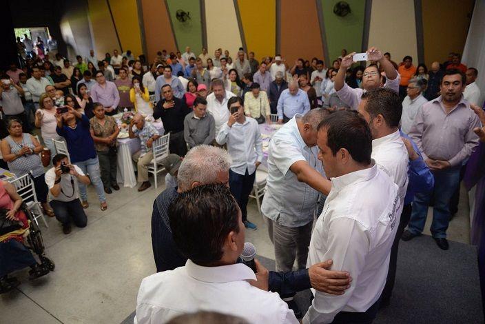 """El representante en Morelos de la Iglesia Nacional Presbiteriana, Balbino Díaz Roa, dijo: """"Tenemos el sentir de orar, de apoyar a aquellas personas que nos representan con dignidad y nos hablan con la verdad; y queremos decirte que si Dios te bendice y llegas a ser gobernador cuentas con el pueblo evangélico"""