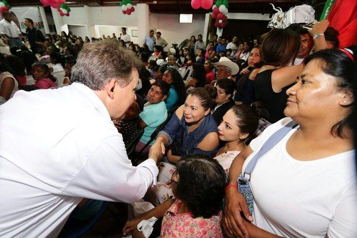 """Al reunirse con la sociedad civil en el Barrio Santo Tomas de Atlatlahucan, el priista reconoció el gran potencial de la mujer, que hoy en día, sostiene sola hasta un 35% de los hogares morelenses: """"Vamos a hacer un gran frente con las mujeres de Morelos, un gran frente que diga, ya es la hora de las mujeres"""