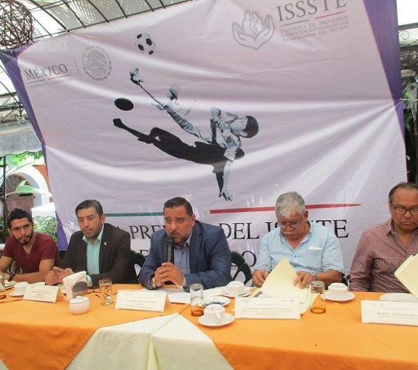 """El servidor público del ISSSTE estuvo acompañado de los delegados de los 18 equipos de futbol, hasta ahora registrados; informó que el partido inaugural se realizará el viernes 29 de junio, en el estadio """"Chato"""" Balderas, de Acapantzingo, a las 16:00 horas"""