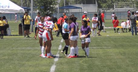 """La final femenil de rugby 7 se convirtió en una verdadera lucha en el terreno de juego en la que los dos equipos mostraron sus cualidades individuales y sobre todo el juego de conjunto, que a la postre le dio la victoria a las escualas; fue un partido donde ambos equipos por momentos nulificaron su accionar en la cancha, no pasaban de la mitad de cancha, se acercaba el final del primer periodo y Morelos logró anotar el primer """"try"""" para ponerse al frente en el marcador"""