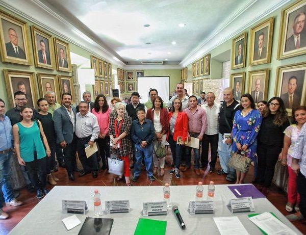 """Ante representantes de ONG's y de la UAEM, expresó que tenemos que reflexionar para darle rumbo a esta ciudad y recuperar el entorno natural del municipio para las nuevas generaciones, """"porque Cuernavaca vale la pena"""""""