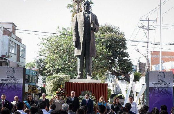 Acompañado de autoridades federales y estatales, así como de miembros de la Unidad Masónica Morelense, Rito York de México, Rito Escocés y del Rito Nacional Mexicano, colocó una ofrenda floral al pié del monumento a Benito Juárez, ubicado en el centro de Cuernavaca