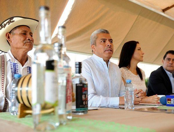 Destacó que Morelos cuenta con siete variedades de agave, siendo los municipios de Miacatlán, Coatlán del Rio y Tlaquiltenango los principales productores con un promedio de mil litros cada uno