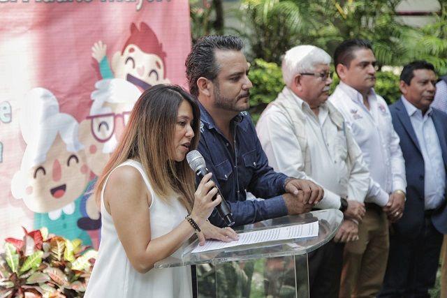 """En compañía del alcalde Antonio Villalobos Adán y miembros del Cabildo, en las instalaciones del DIF Cuernavaca, Álvarez González, formalizó su compromiso de seguir trabajando por los """"abuelitos"""""""