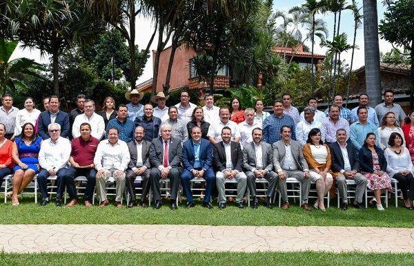Acompañado por Ricardo Cortés Alcalá, director general de Promoción de la Salud federal, el jefe del Ejecutivo tomó protesta a los integrantes de la mesa directiva