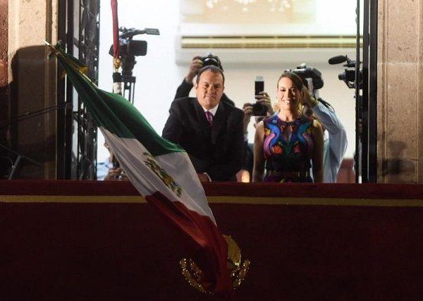 Acompañado de su esposa y presidenta del Sistema DIF estatal, Natália Rezende Moreira, Cuauhtémoc Blanco salió a las 22:55 horas al balcón del Palacio de Gobierno