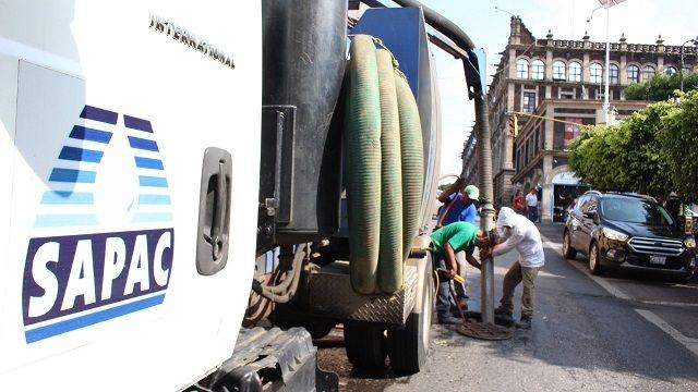 Personal de alcantarillado de la Dirección Operativa atiende de manera oportuna los reportes ciudadanos, por lo que se trabaja tanto de manera manual, como con la ayuda de los camiones Vactor, para de esta manera mantener limpias las tuberías sanitarias y pozos de absorción