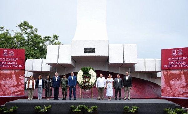 """La ceremonia cívica e izamiento de bandera se realizó en la entrada del municipio de Cuautla, donde monumento del """"generalísimo"""" da la bienvenida a la ciudad de la que salió victorioso el 02 de mayo de 1812, al romper el sitio impuesto por el ejército español a cargo de Félix María Calleja"""