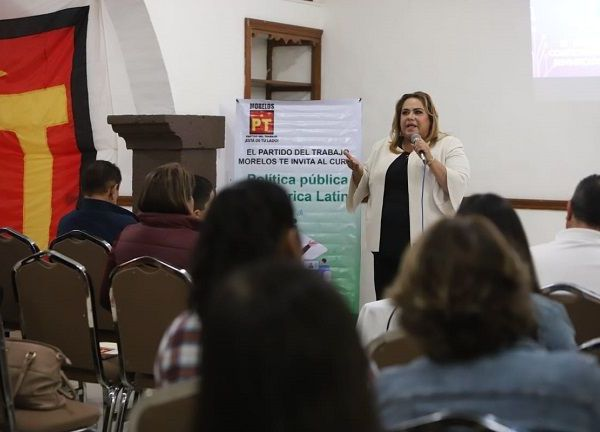 Ante la presencia de mujeres y hombres de diferentes colonias de Cuernavaca que participaron en el taller, Tania Valentina precisó que el Partido del Trabajo (PT) está comprometido con el liderazgo y empoderamiento de las mujeres, a fin de que tengan las herramientas necesarias para poder ocupar los cargos donde se toman las decisiones