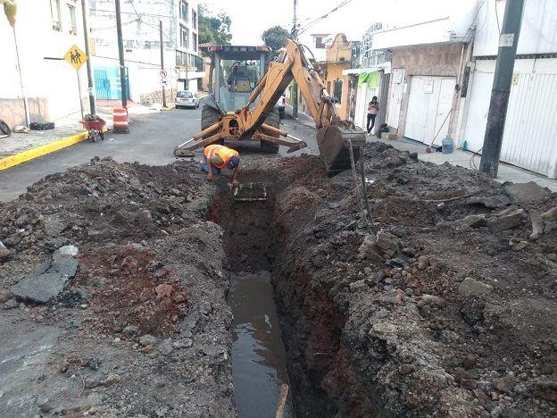 La Secretaría de Obras Públicas detectó el colapso de una línea de drenaje sanitario, que representa un peligro inminente a las personas que circulan por esta vialidad