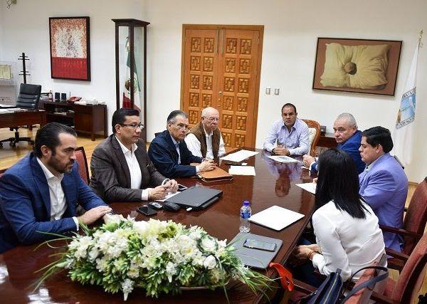 El gobernador Cuauhtémoc Blanco Bravo y Carlos Alfonso Morán Moguel, subsecretario de Transporte de la SCT, revisaron el proyecto que permitirá a la terminal aérea estar en condiciones óptimas y ser más atractiva para las aerolíneas comerciales