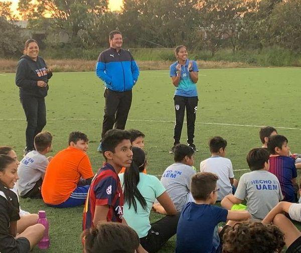 El profesor Luis Reinoso Salinas, dirigente de la LIDEFUT Venados UAEM, fue quien invitó a Diana Izbeth a convivir con estos jugadores, quienes trabajan para que el día de mañana también pueden ser profesionales en la disciplina del futbol
