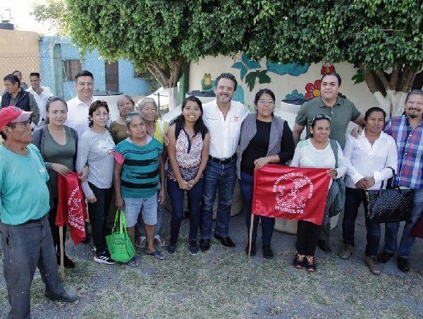 El alcalde Villalobos Adán, llegó a La Isla, como también se conoce a la colonia Lázaro Cárdenas, situada a 13 kilómetros de Cuernavaca, colindante con el municipio de Temixco, para entregar personalmente los tinacos de alta resistencia