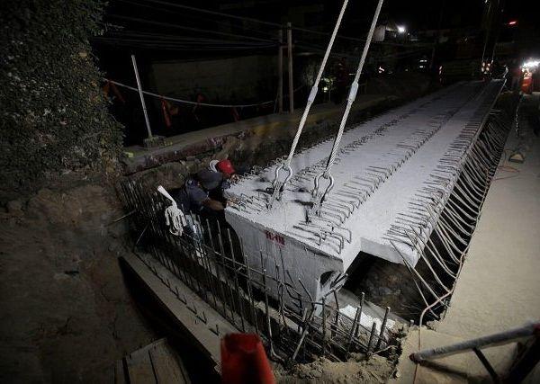 """Programado para concluirse en el menor tiempo posible, constató -durante dos horas- la operación de las grúas, que colocaron las dos """"ballenas"""" de la estructura principal"""