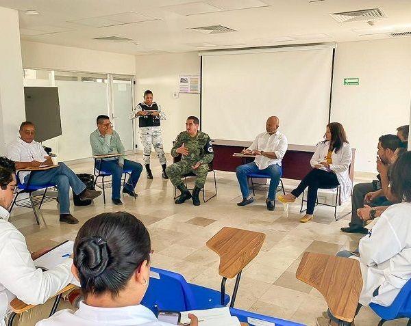 Reunidos en las instalaciones de dicho nosocomio, el director general de Atención a Municipios, Marco Martínez Dorantes, y el Coronel Álvaro García Álvarez, coordinador estatal de la Guardia Nacional