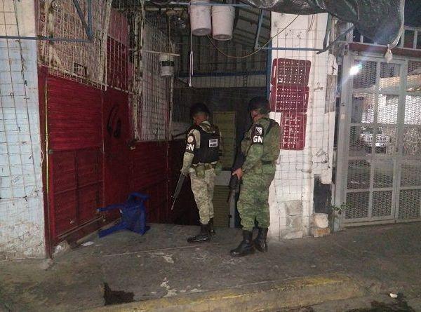 Elementos policiales y de la Guardia Nacional realizan patrullajes, así como recorridos a pie por los pasillos de todas las áreas para evitar el registro de robos o saqueos en los establecimientos