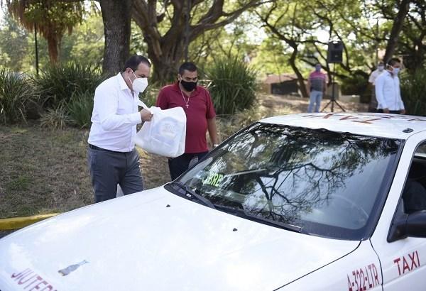 Respetando las medidas de sana distancia, el mandatario otorgó personalmente las despensas a unos 80 agremiados a dicha organización, las cuales incluyen productos básicos no perecederos