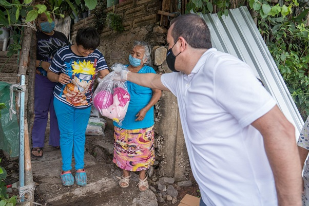 Las familias beneficiadas recibieron láminas galvanizadas, además de dotaciones alimentarias, agua embotellada, gel antibacterial y otros artículos, con el fin de brindarles cobijo y protección durante esta temporada de lluvias y de contingencia
