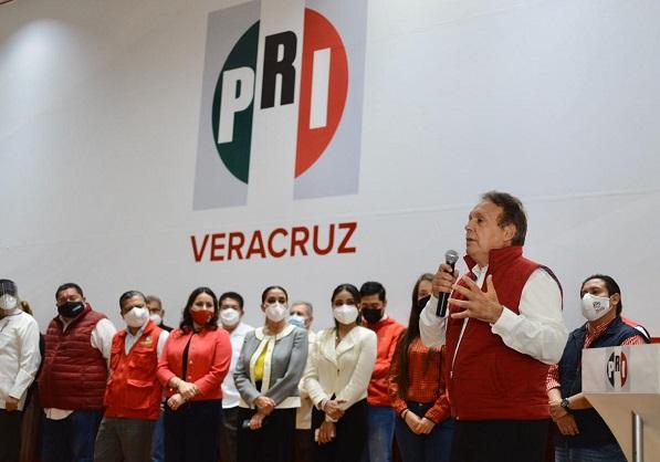 Meade Ocaranza cuenta con una amplia trayectoria de cuatro décadas como militante del PRI. Se ha desempeñado como Presidente Estatal de este instituto político en Morelos, estado por el que también contendió como candidato a gobernador, ha sido diputado local y federal, miembro del CEN en varias ocasiones, delegado en 14 estados del país, así como dirigente juvenil y sectorial