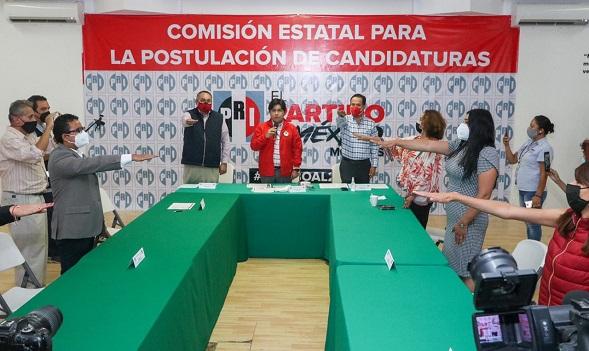 El presidente del CDE, Jonathan Márquez dejó en claro que el consejo Político avaló el método con el objetivo de respetar las restricciones sanitarias y la sana distancia. Garantizó que serán procesos equitativos donde no existen ni dados cargados, ni preferencias a favor de alguien