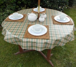 55 (1.4M) ROUND PVC/VINYL TABLECLOTH – GREEN & CREAM HEARTS WITH PARASOL HOLE by THE TABLECLOTH COMPANY