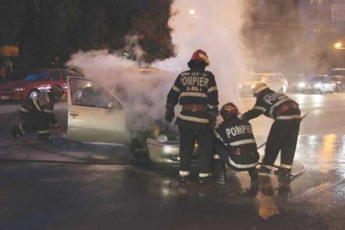 pompieri-masina-incendiata