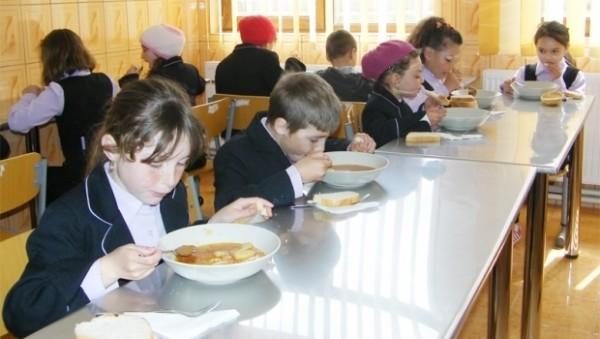 Masă CALDĂ pentru copii la şcoală. Ce vor mânca elevii din toamnă în loc de corn şi lapte