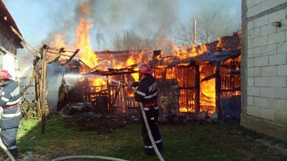Gospodărie mistuită în urma unui incendiu generat de câțiva copii
