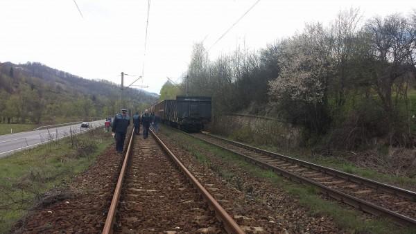 Un vagon al trenului deraiat la Merişor a sărit de pe linii