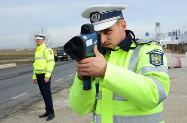 """Polițiştii i-au lăsat pietoni pentru că """"zburau"""" pe autostradă"""