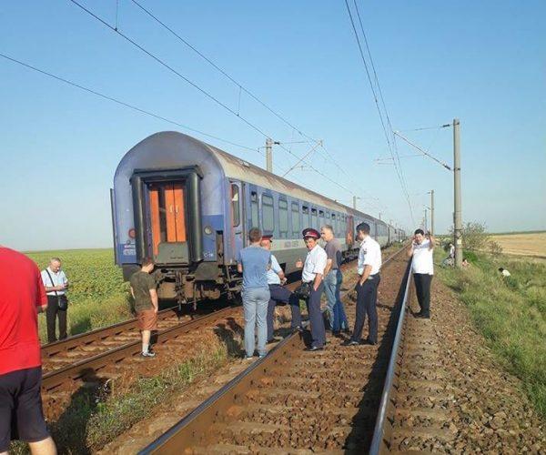 Trenul Timişoara-Bucureşti a pierdut vagoanele pe drum. 100 de persoane au rămas izolate, în câmp
