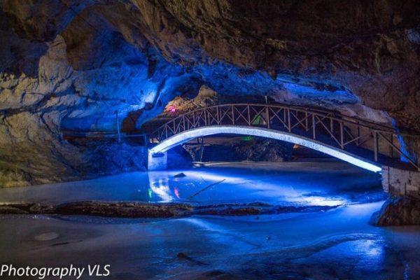În Romania s-a deschis CEL MAI FRUMOS patinoar subteran din lume!