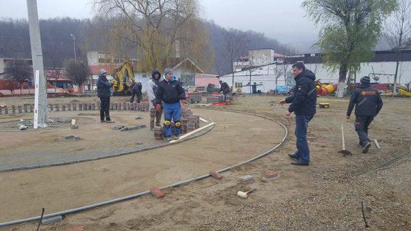 Parcul CAP din Lupeni se schimbă radical până la venirea sărbătorilor de iarnă